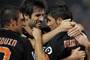 Los goles de Villa mantienen al Valencia líder