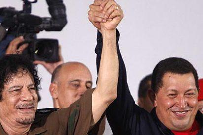 Gadafi y Chávez se dan la mano