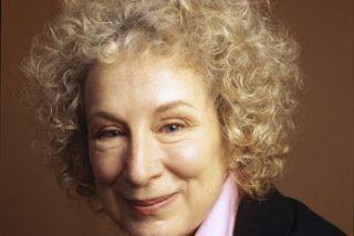 Margaret Atwood teme que la democracia se resienta con la crisis de la prensa