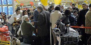 Miles de pasajeros se agolpan indignados en Barajas esperando la salida de sus vuelos