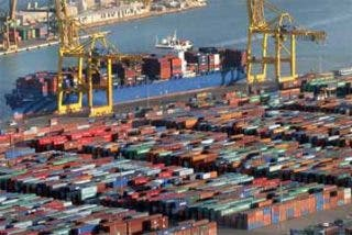 La Policía Nacional encuentra a cinco inmigrantes en un contenedor en el puerto de Málaga