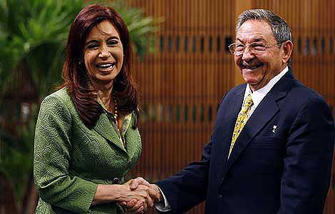 La presidenta argentina abraza a Raúl Castro y da la espalda a la disidencia cubana