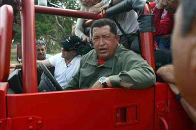 El cineasta Oliver Stone acompaña a Chávez a su pueblo para alistar documental