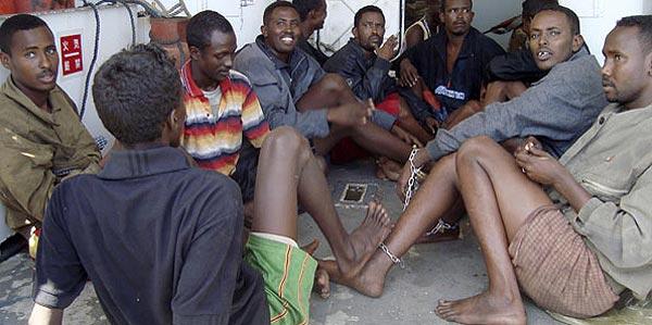 Los piratas somalíes amenazan con matar a la tripulación del barco secuestrado en Seychelles