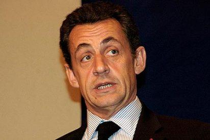 """Sarkozy intenta el """"boca a boca"""" para salvar a la prensa"""