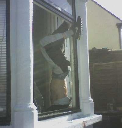 Detenido un ladrón que se quedó atascado en la ventana con los pantalones bajados