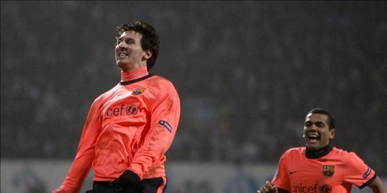 Xavi y Messi aportan calor a un Barça que pasa a octavos como líder