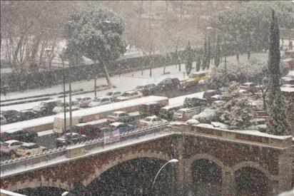 Caídas por las nieves y colapso en las carreteras: la nieve provoca el peor día de perros