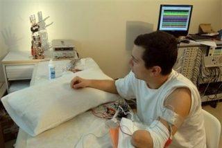 Logran que un hombre controle una mano biónica con el cerebro