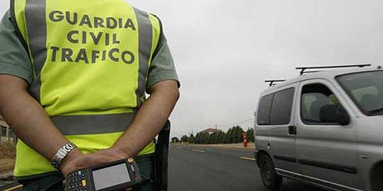Un Guardia Civil se queda con la tarjeta de un muerto y se va de compras