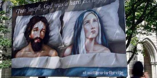 Un cartel que muestra a la Virgen María y San José en la cama levanta ampollas
