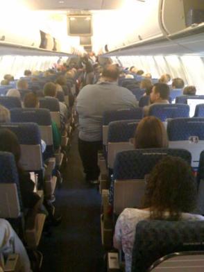 El vía crucis de un obeso dentro de un avión
