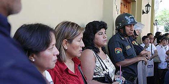 """Viajeros de Air Comet """"asaltan"""" el consulado español en Lima"""