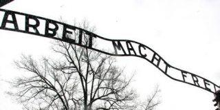 La Policía polaca recupera en tres trozos la placa de entrada al campo de Auschwitz