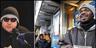 En Nueva York hay un hombre regala montones de dinero en una esquina