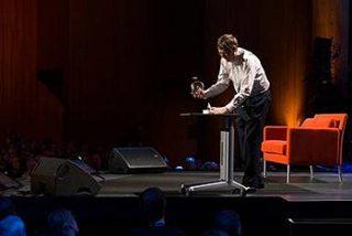 Bill Gates suelta unos mosquitos en una conferencia para llamar la atención sobre la malaria