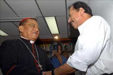 El cardenal nicaragüense Miguel Obando bautiza a tres nietos del presidente Ortega