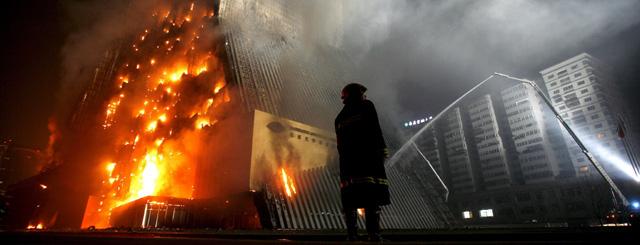 La televisión estatal china se disculpa por el incendio del rascacielos de Pekín