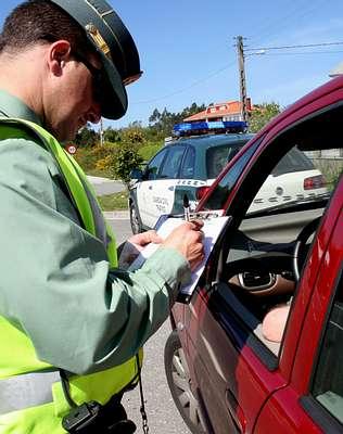 GC de tráfico sancionando a un conductor