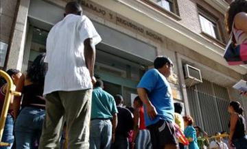 """El Gobierno aplicará criterios """"humanitarios"""" con inmigrantes en paro durante la crisis"""