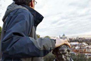 Un crítico en paro 'secuestra' el Goya de Albert Solé y lo entrega en custodia a El Mundo