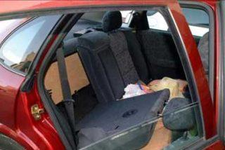 Hallan a un inmigrante oculto en un habitáculo bajo el asiento de un coche en Melilla