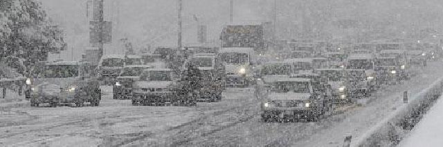 La nieve sorprende de nuevo al Ministerio de Fomento y atrapa a miles de conductores
