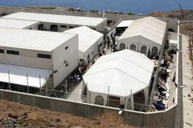 """Exigen el cese al director del Centro de Internamiento de Extranjeros de Tenerife por """"despótico e irracional"""""""