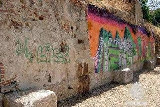 Los vándalos pintarrajean el yacimiento arqueológico más importante de España