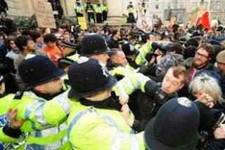 La marabunta antisistema destroza el Royal Bank of Scotland bajo las banderas de Marx y Stalin