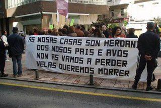 Los vecinos víctimas de Villa-PSOE se manifiestan delante de Zapatero