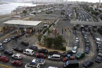Despiden a un policía nacional de Ceuta al reconocer su implicación en el pase de inmigrantes