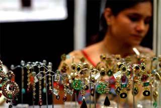 Hipnotiza a la vendedora de una joyería y se lleva los diamantes