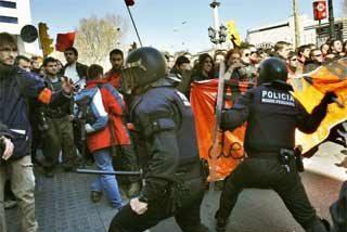 Los periodistas tendrán que llevar brazaletes para evitar las palizas en las manifestaciones