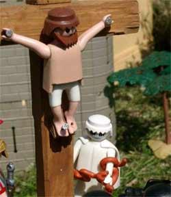 Denunciado por crucificar a un Playmobil