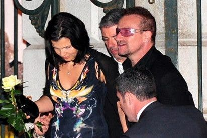 Bono canta en exclusiva para Salma en su boda
