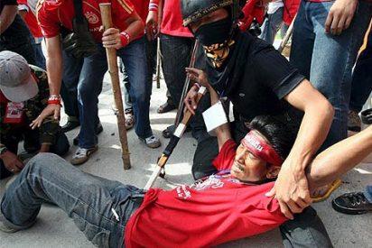 """Los """"camisetas rojas"""" tailandeses obligan a palos a suspender la cumbre asiática"""