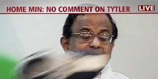 Un periodista lanza un zapato a un ministro indio