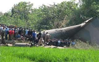 Un accidente de un avión militar indonesio deja un centenar de muertos