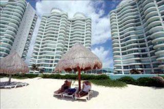 Los turistas abandonan Cancún por miedo a la peste porcina y los hoteles cierran para ahorrar gastos
