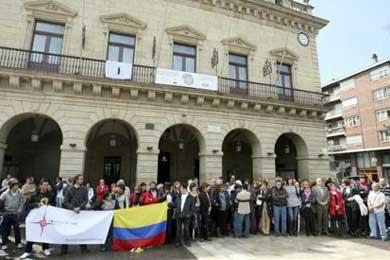 Unas 500 personas protestan en Irún por el asesinato de una joven colombiana
