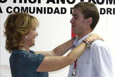 """Aguirre entrega la Medalla al Mérito Ciudadano a un rumano por un acto """"ejemplar"""""""