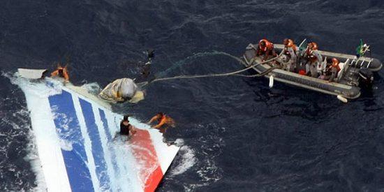 Los servicios de rescate encuentran un pedazo del fuselaje del Airbus de Air France