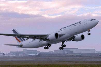 """Hallan restos de """"pequeños vestigios"""" que podrían ser de avión Air France desaparecido"""