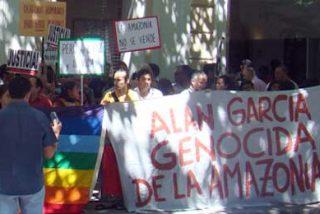 """Cientos de peruanos protestan frente a la embajada del Perú en Madrid: """"Alan García, fascista y genocida"""""""