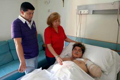 Un empresario deja abandonado en la puerta del hospital a un inmigrante que perdió un brazo