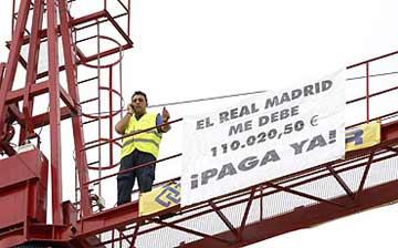 Un empresario se encarama a una grúa para exigir 100.000 euros que le debe el Madrid