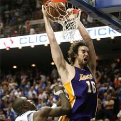 Los Lakers firman un partido de leyenda y acarician el anillo