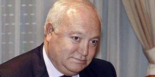 Moratinos pierde los papeles en un coche oficial del régimen en un viaje a Cuba