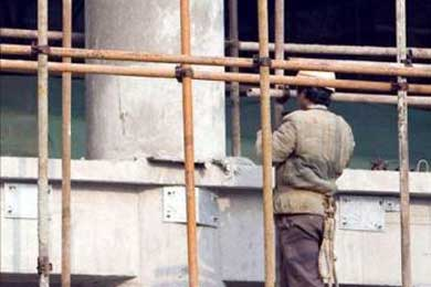 Un inmigrante cae al ceder el andamio en el que trabajaba y detienen al contratista